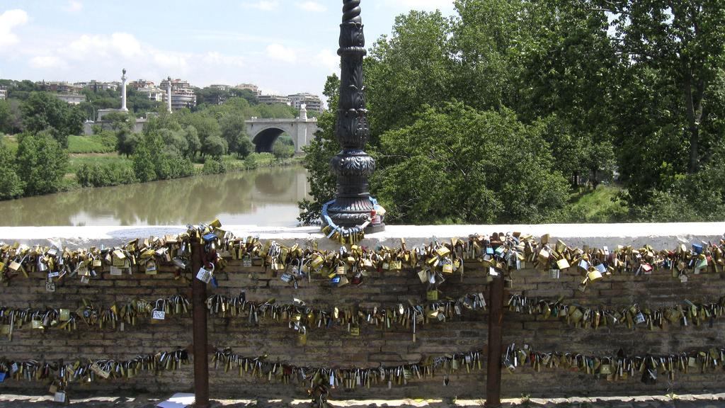 Římský most Milvio je plný zámečků lásky