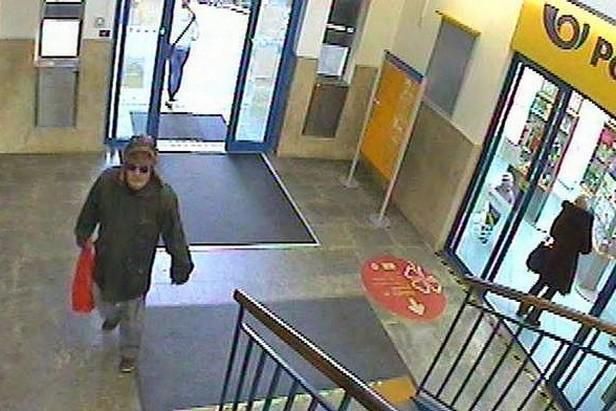 Záznam z bezpečnostní kamery zachytil muže podezřelého z odeslání balíčku s výbušninou