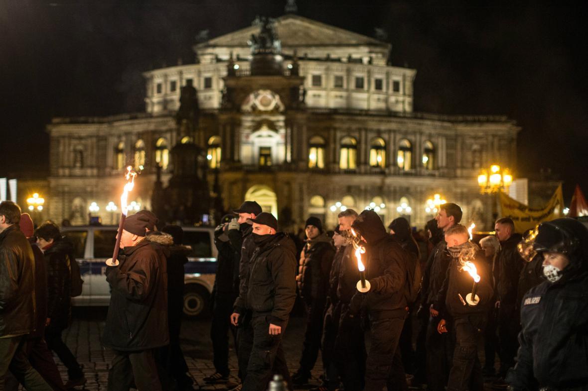 Neonacisté před Semperovou operou v Drážďanech