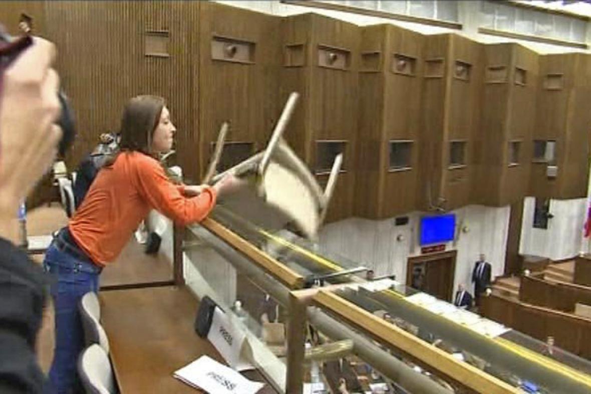 Rozezlená žena chtěla po slovenských poslancích hodit židli
