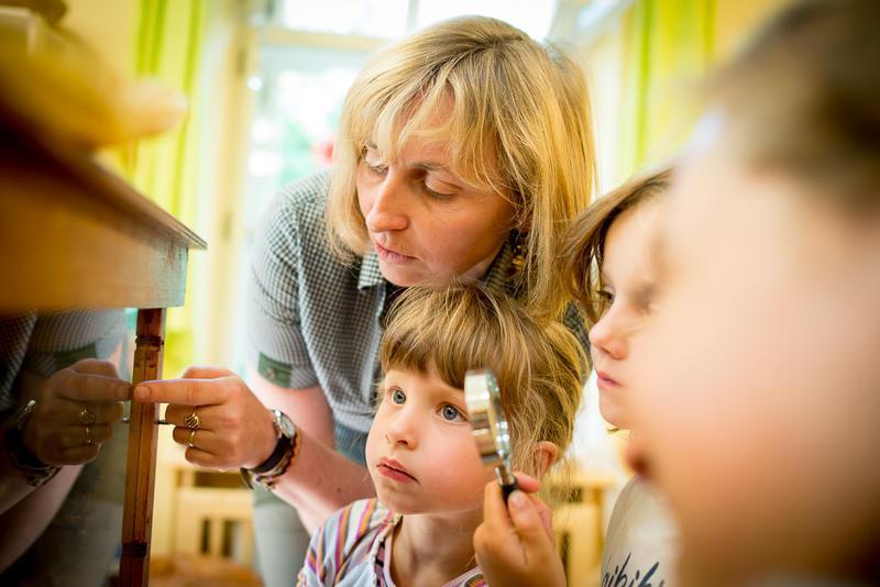 Děti v mateřské škole Rybička zkoumají přírodu