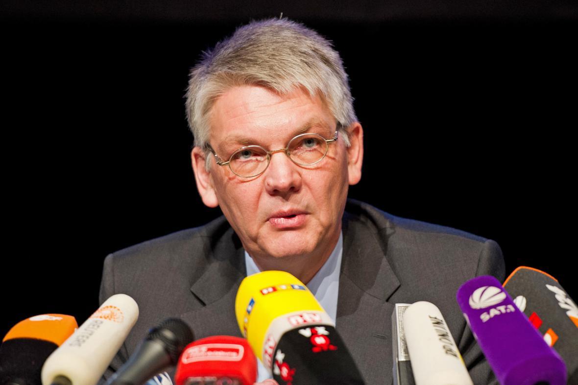 Státní zástupce Horst Bien na brífinku k Loveparade