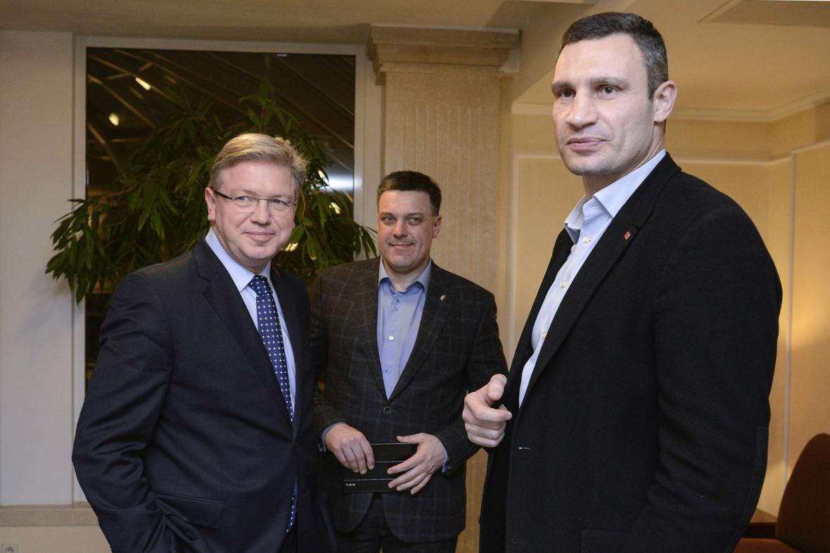 Štefan Füle s Vitalijem Kličkem a Olehem Ťahnybokem