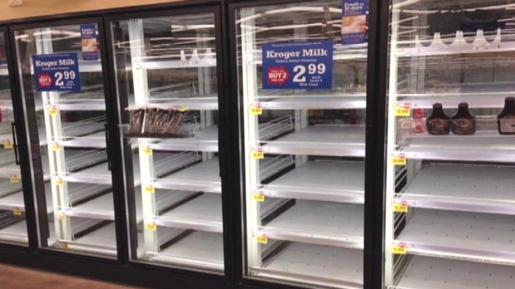 Američané vzali obchody útokem a před bouří se zásobili