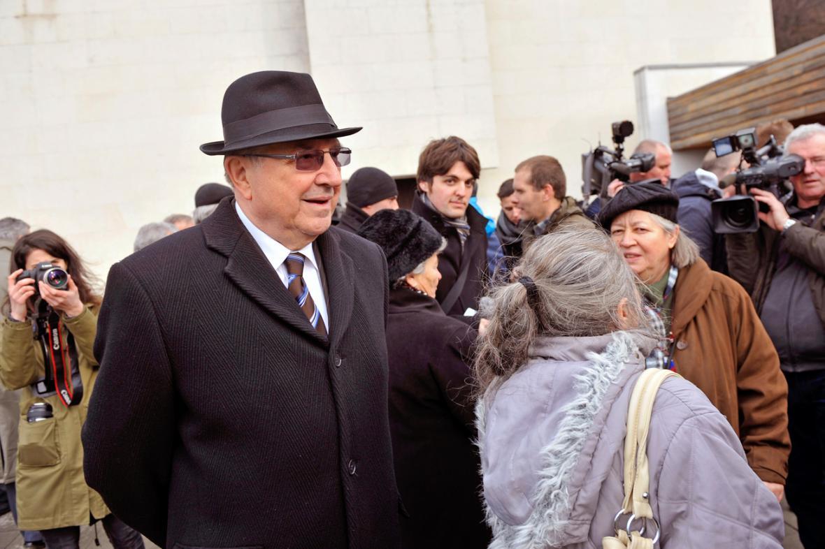 Bývalý šéf StB Alojz Lorenc na pohřbu Vasila Biľaka