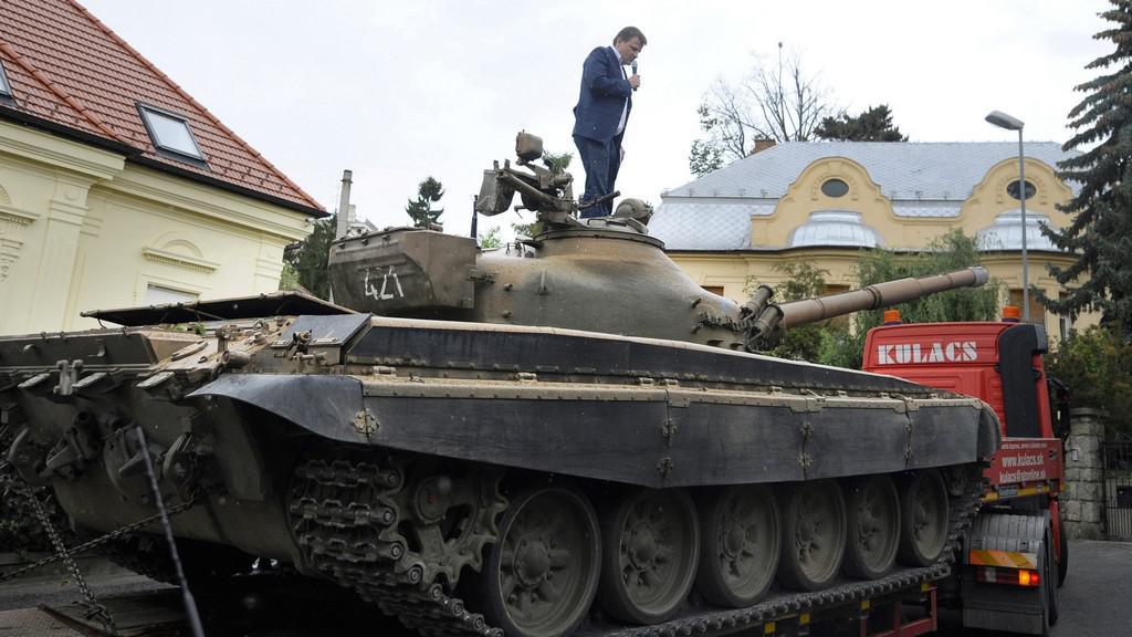 Poslanec na věži tanku v Bratislavě