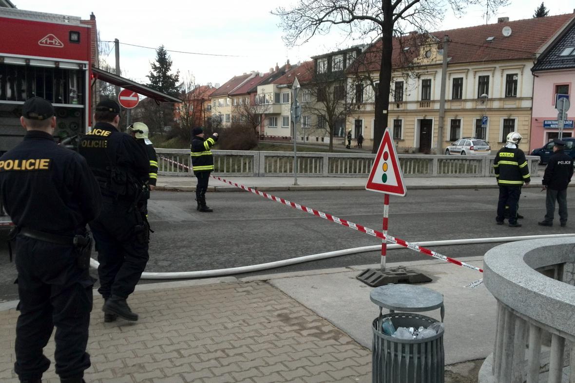 Hasiči a policisté evakuovali na tři stovky lidí