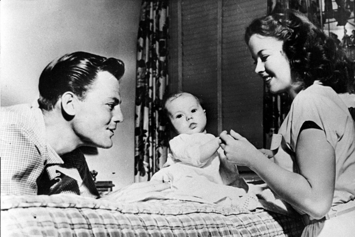 Shirley Templová s manželem Johnem Agarem a tříměsíční dcerou (1948)
