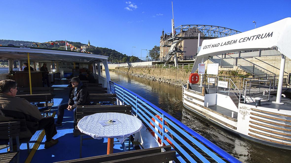 Loď vyplouvá z přístaviště