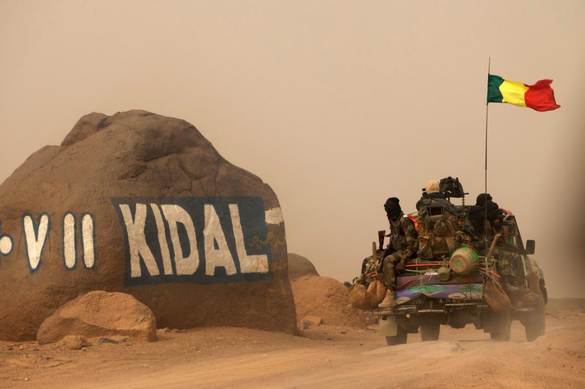 Maliští vojáci u vjezdu do města Kidal