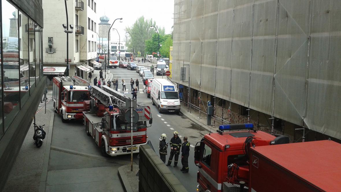 Pár okamžiků po výbuchu v Divadelní ulici