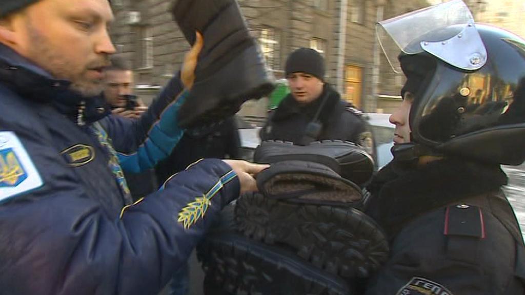 Ne všichni Ukrajinci se jednotek Berkut bojí - někteří jim pomáhají