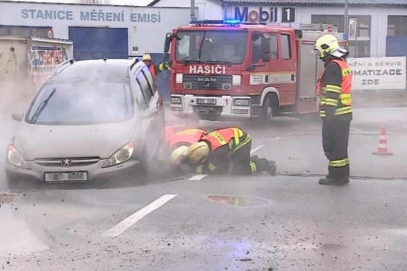 Uvízlé auto museli vyprostit hasiči