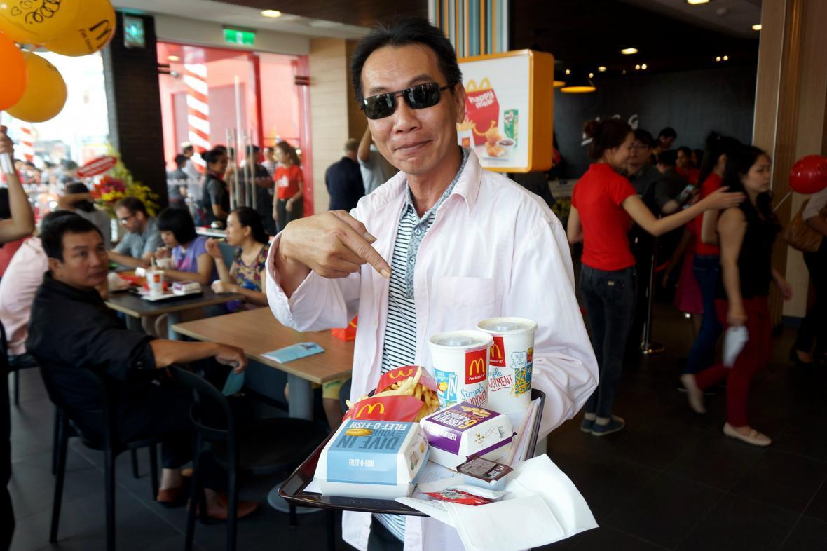 Obyvatel Ho Či Minova Města se svým prvním jídlem u McDonald's