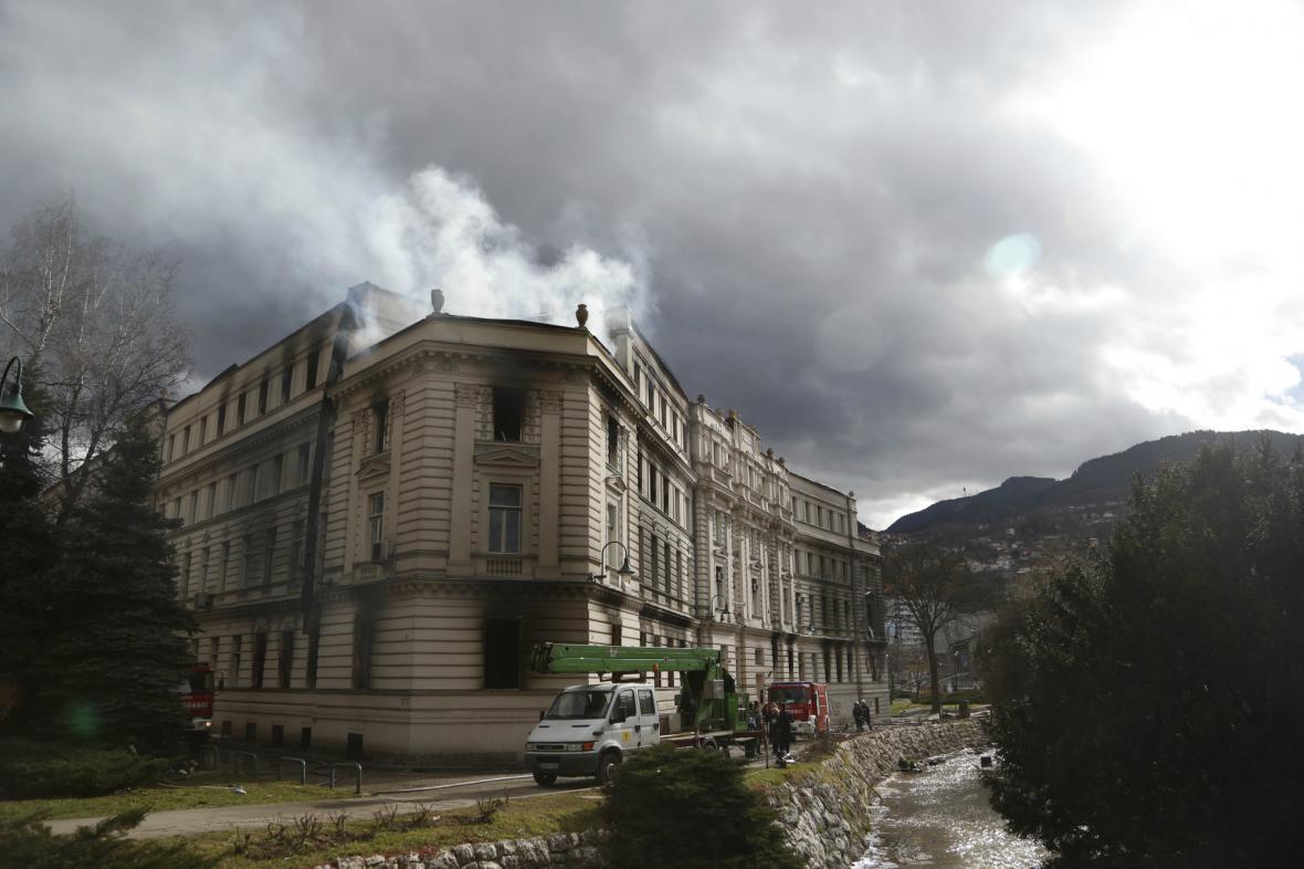 Hořící vládní budova v Sarajevu