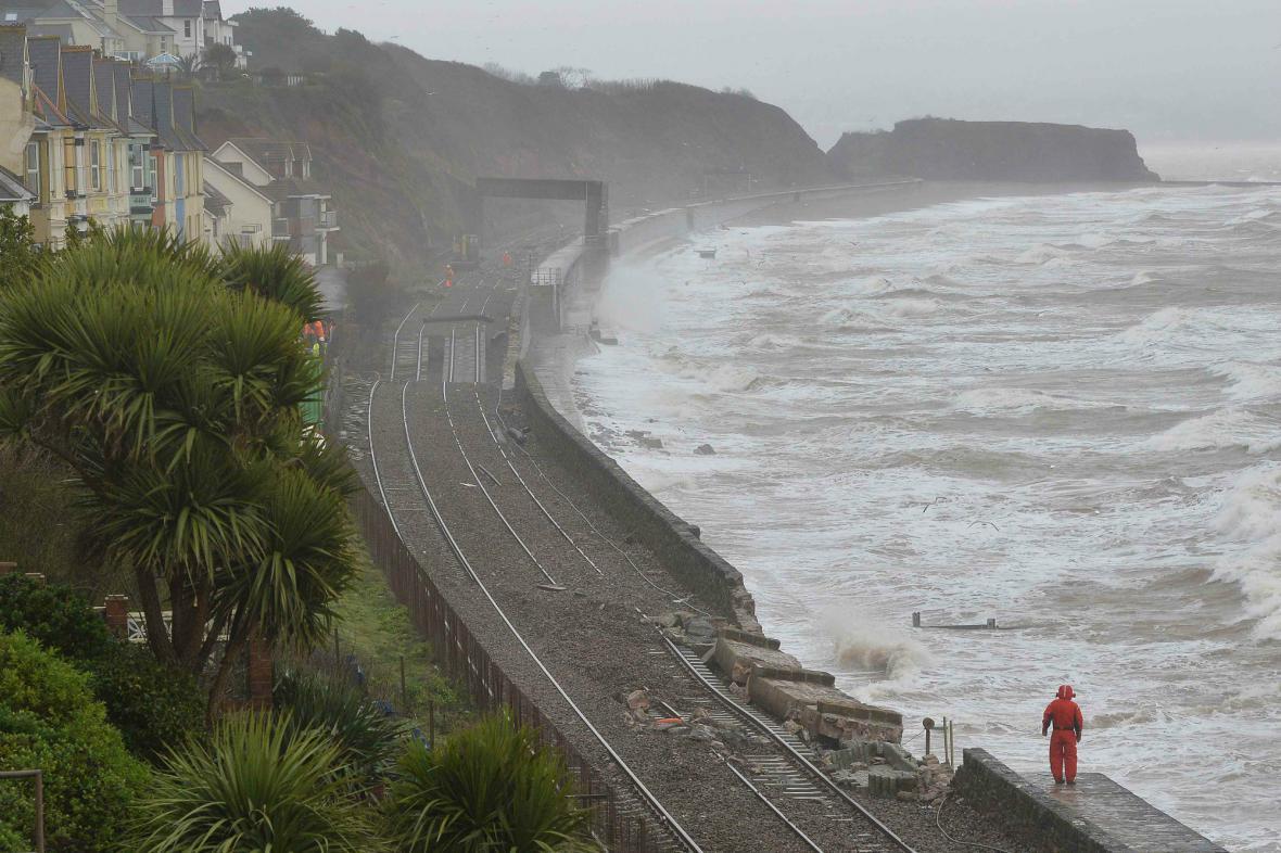 V městě Dawlish zničily vlny železniční trať