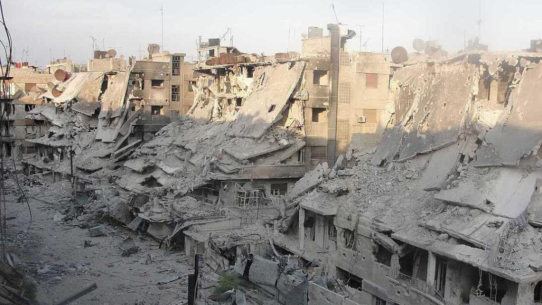 Ruiny domů ve městě Homs zasaženém Asadovou armádou