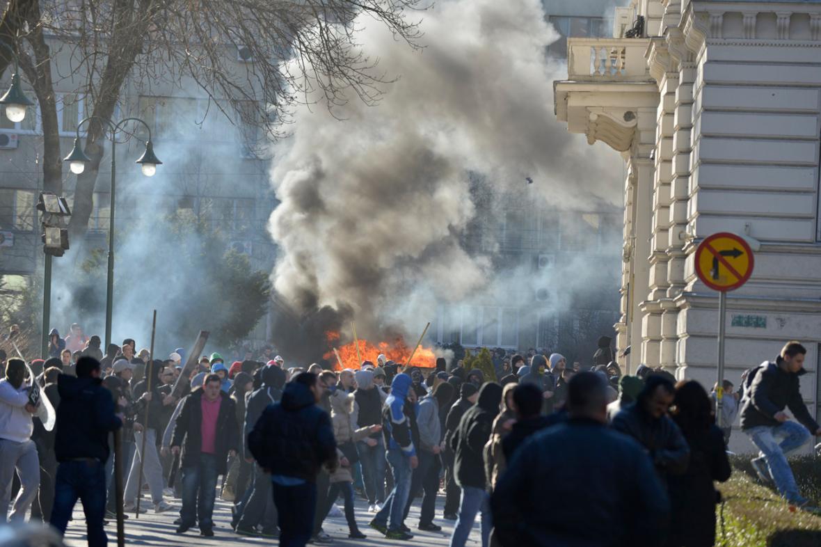 Útok demonstrantů na vládní budovy v Sarajevu