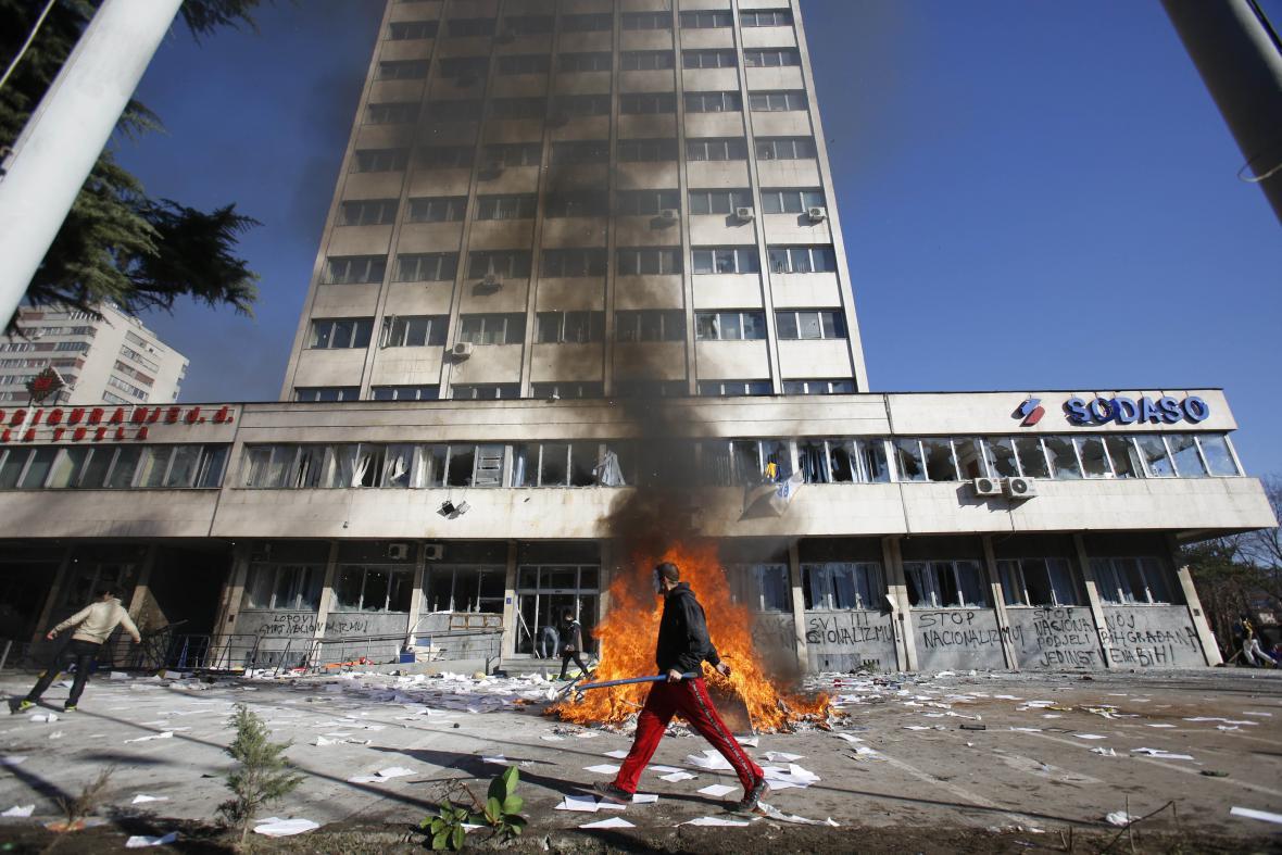 Demonstranti v Tuzle napadli budovy místních úřadů