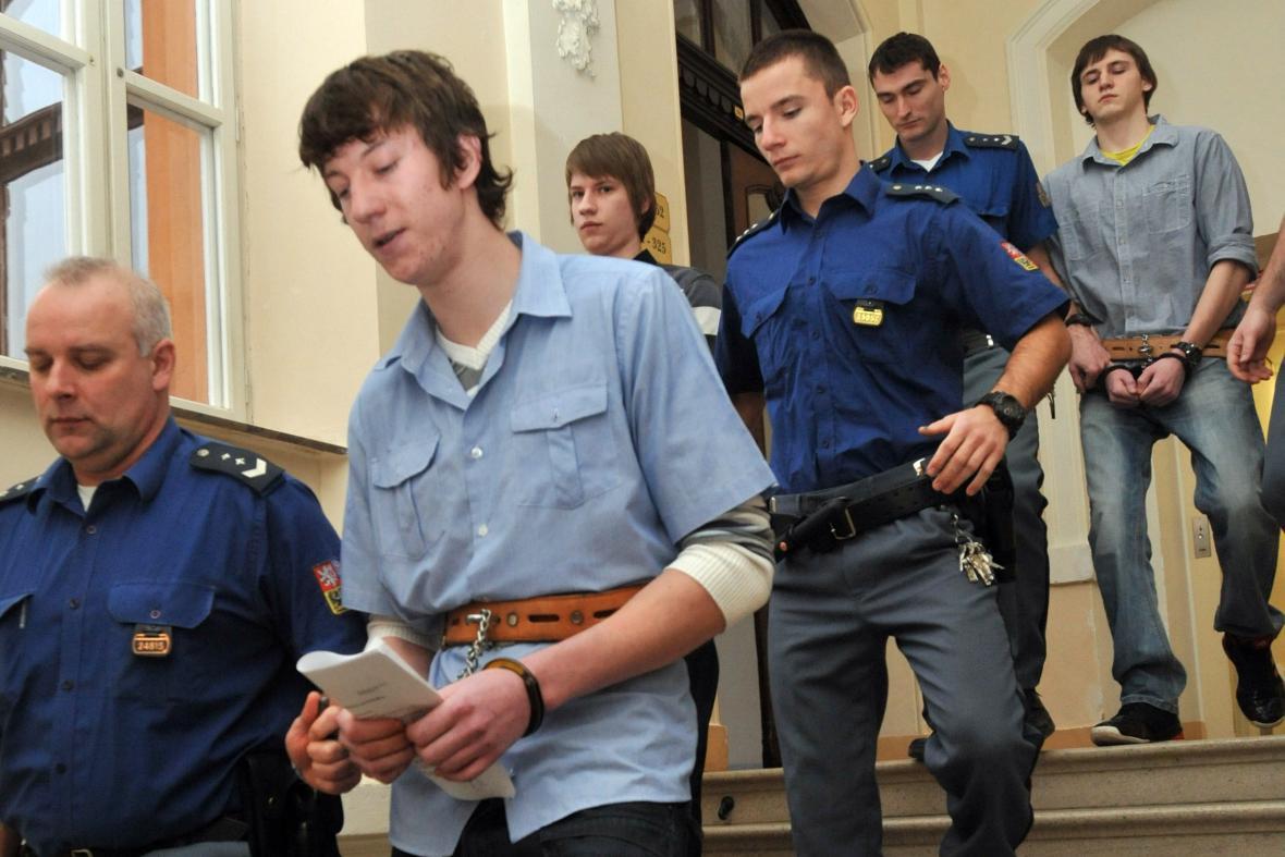 Mladíci obžalovaní z vraždy patnáctileté dívky