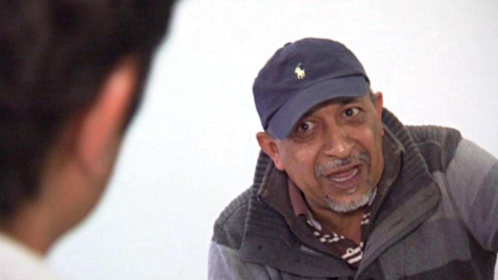 La Tuta poskytl rozhovor před bílou stěnou