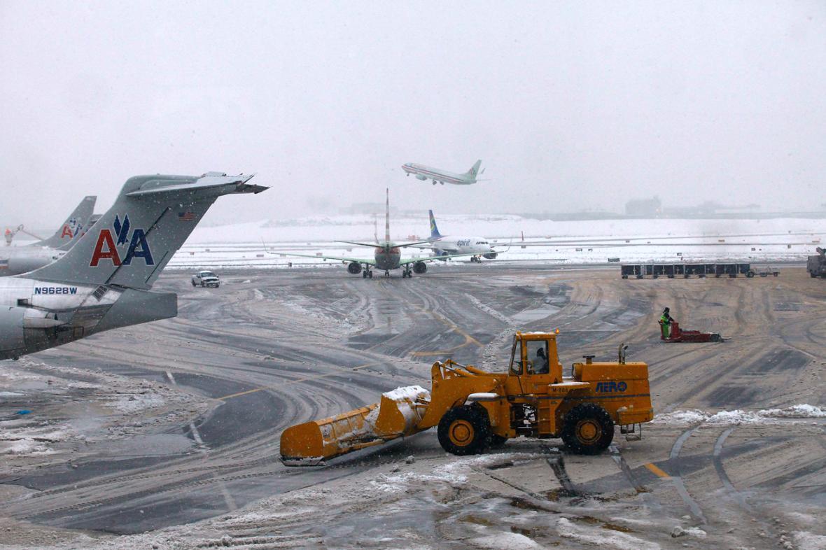 Newyorské letiště LaGuardia ochromil sníh
