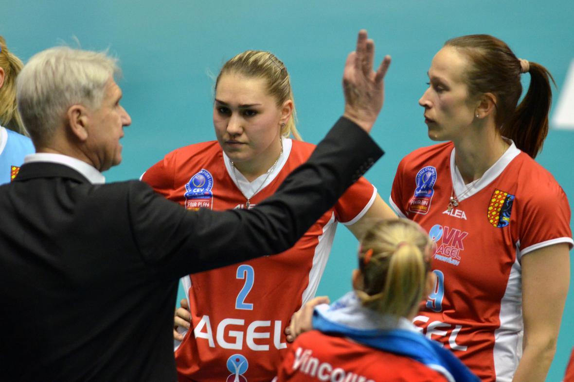 Trenér Miroslav Čada s hráčkami Prostějova