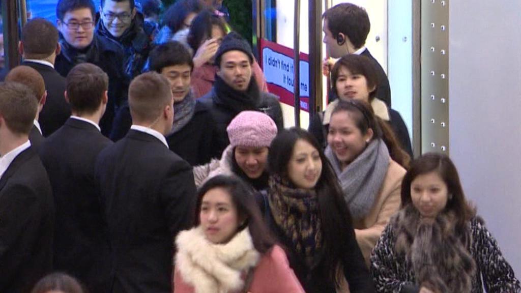 Čínští turisté proudící do pařížských obchodů
