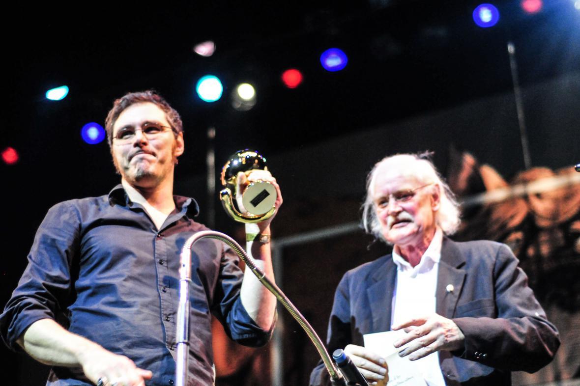 Alfred přebírá cenu z rukou holandské legendy Willema