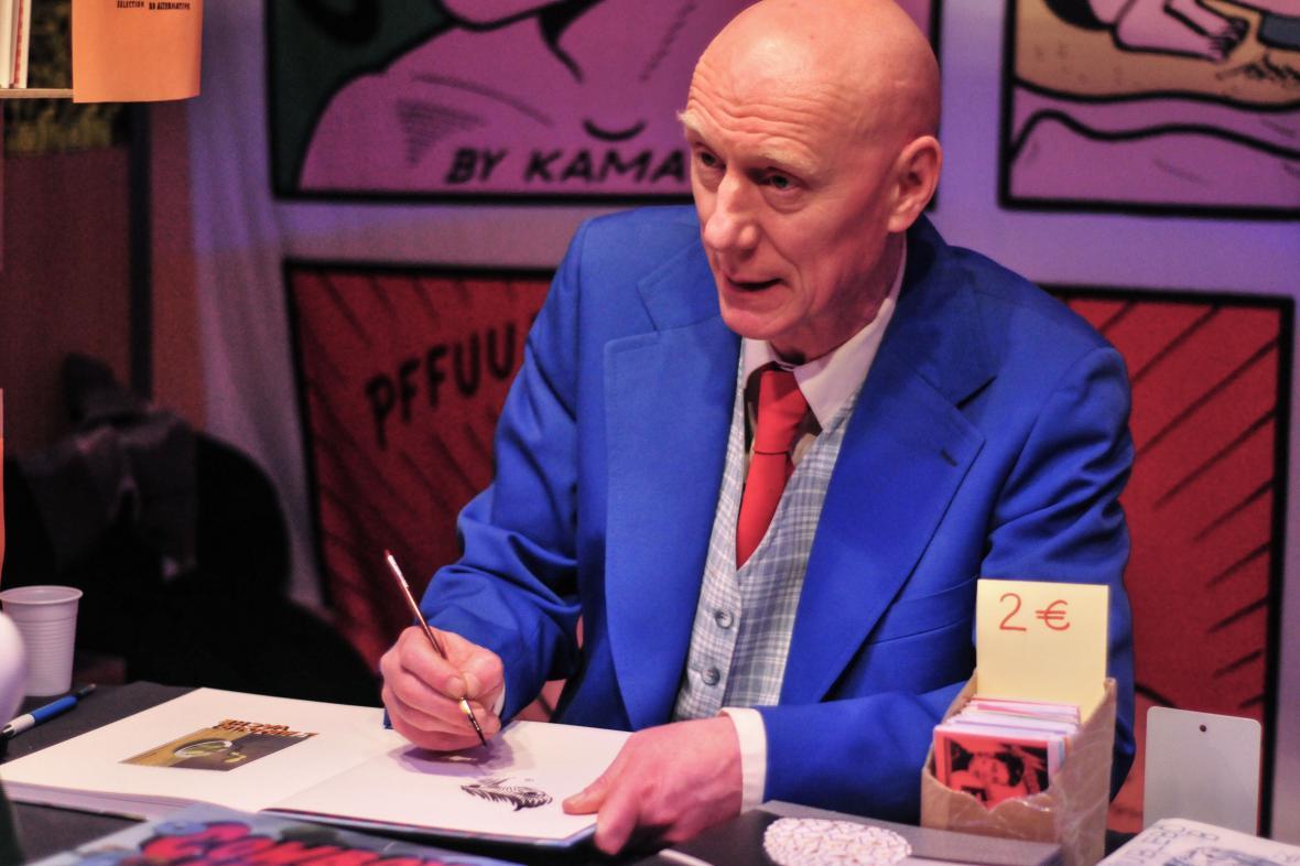 Herr Seele podepisuje svůj vítězný komiks Cowboy Henk