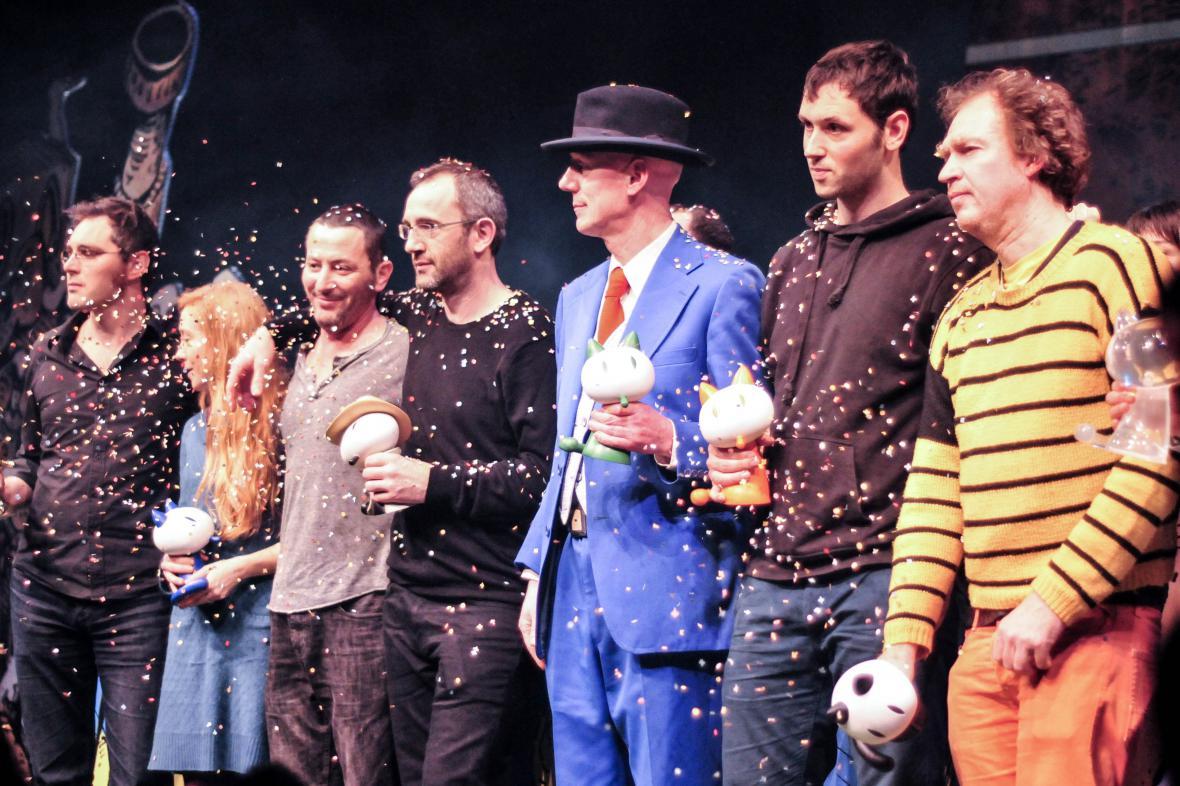 Laureáti letošního ročníku na scéně. Zleva Alfred, Chloé Cruchaudetová, duo Lupano a Rodguen, Herr Seele, Joris Chamblai