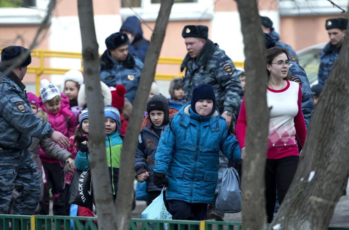 Ruští policisté evakuují moskevskou školu