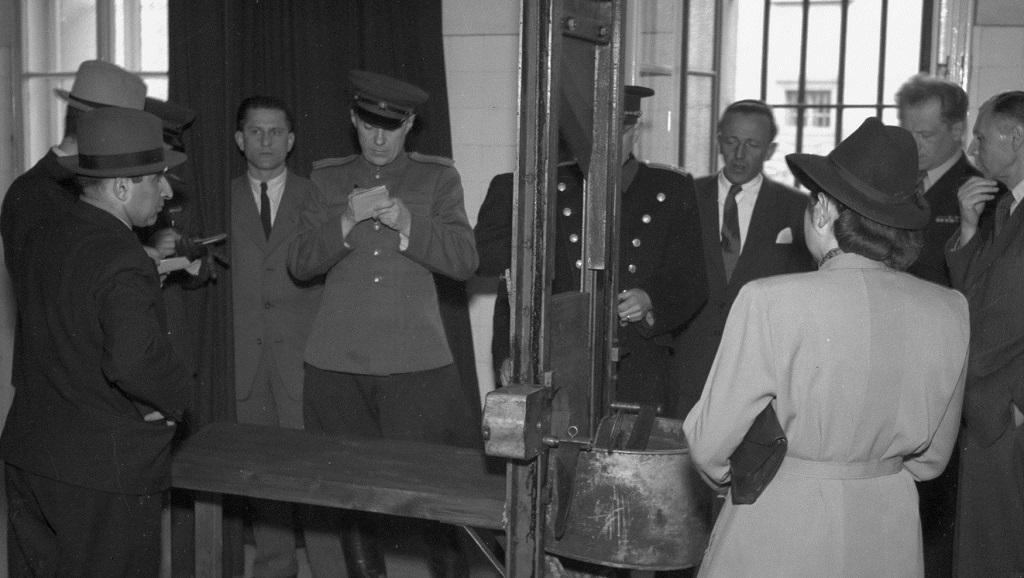 Zahraniční delegace si prohlíží pankráckou gilotinu - rok 1946