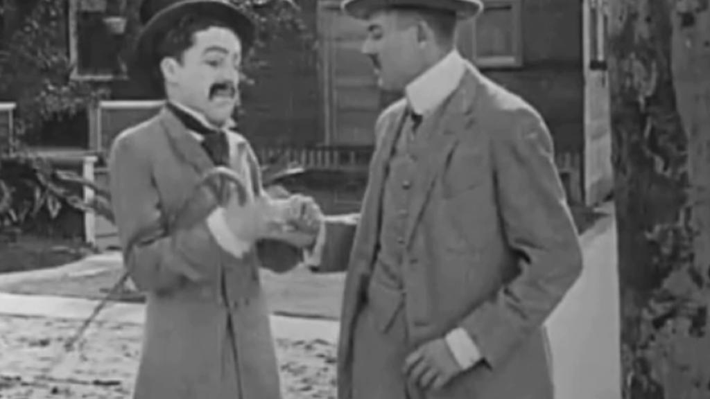 Charlie Chaplin (vlevo) ve svém prvním filmu