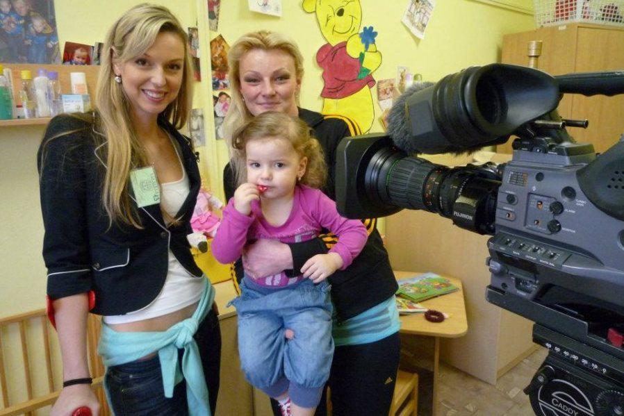 Veronika Jonášová (vlevo) s jednou z protagonistek dokumentu S mámou v base