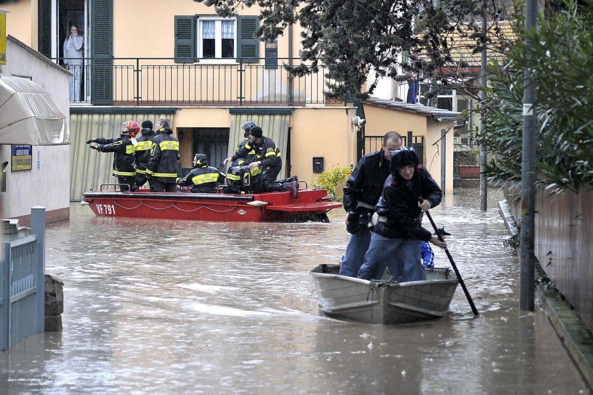 Záchranáři evakuují lidi ze zatopených částí Říma