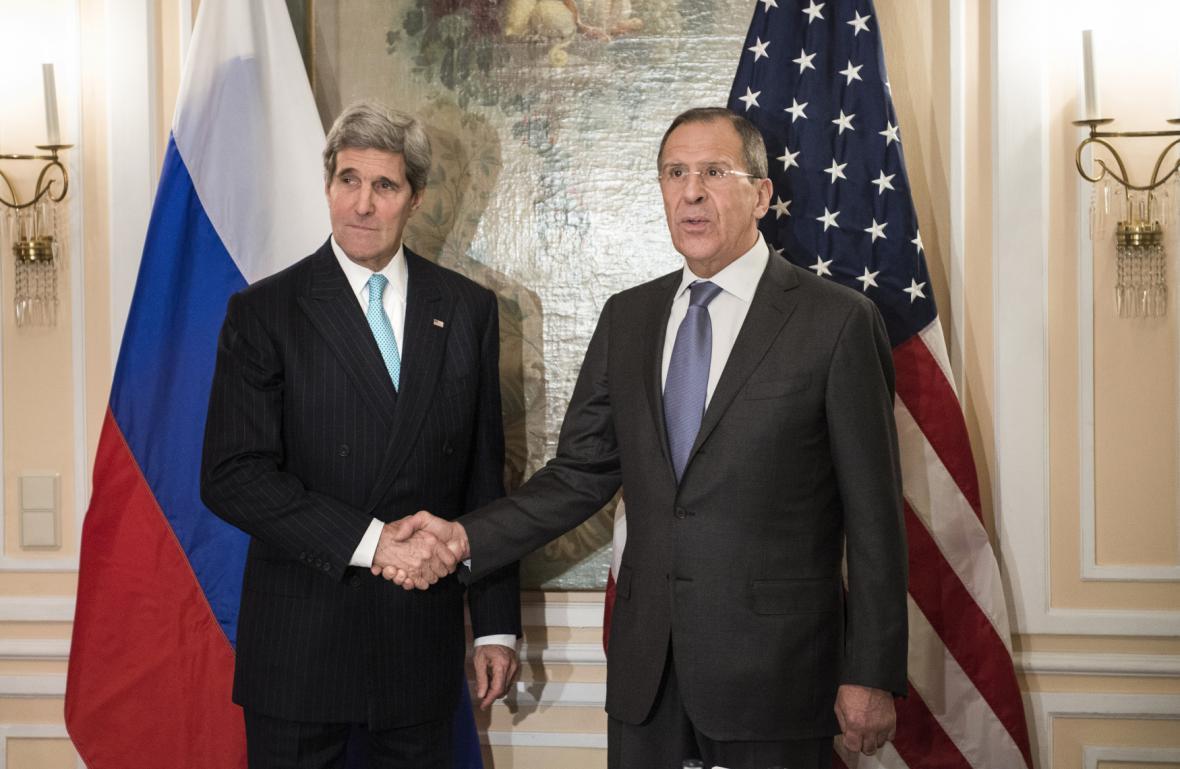 John Kerry (vlevo) a Sergej Lavrov před zahájením konference v Mnichově