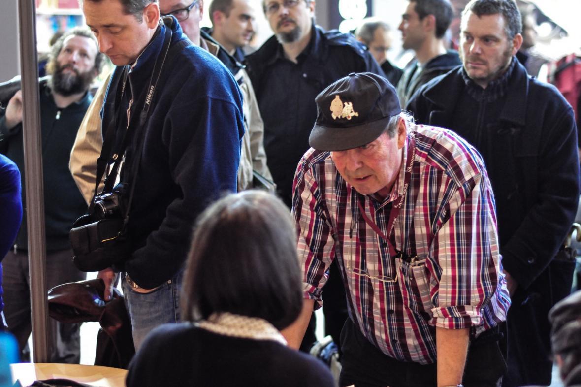 Návštěvníci festivalu s autory historických komiksů