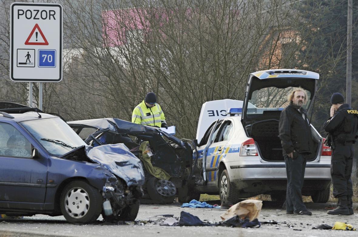 Policisté vyšetřují nehodu tří vozů, která si vyžádala je jeden lidský život a několik zraněných