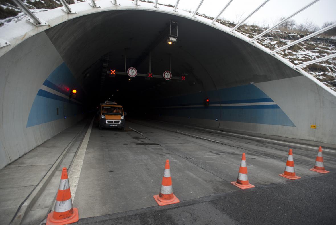 Následky požáru v Lochkovském tunelu