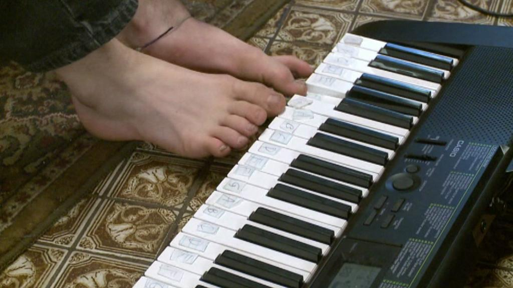 Isaac Lufkin umí hrát i na piano