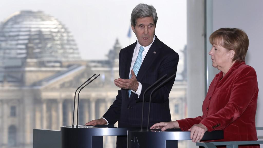 John Kerry a Angela Merkelová v Berlíně