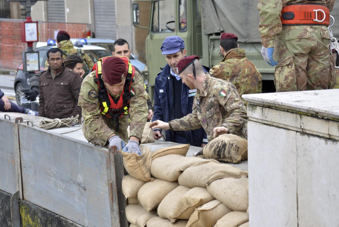 Italští vojáci budují v Pise protipovodňové zábrany