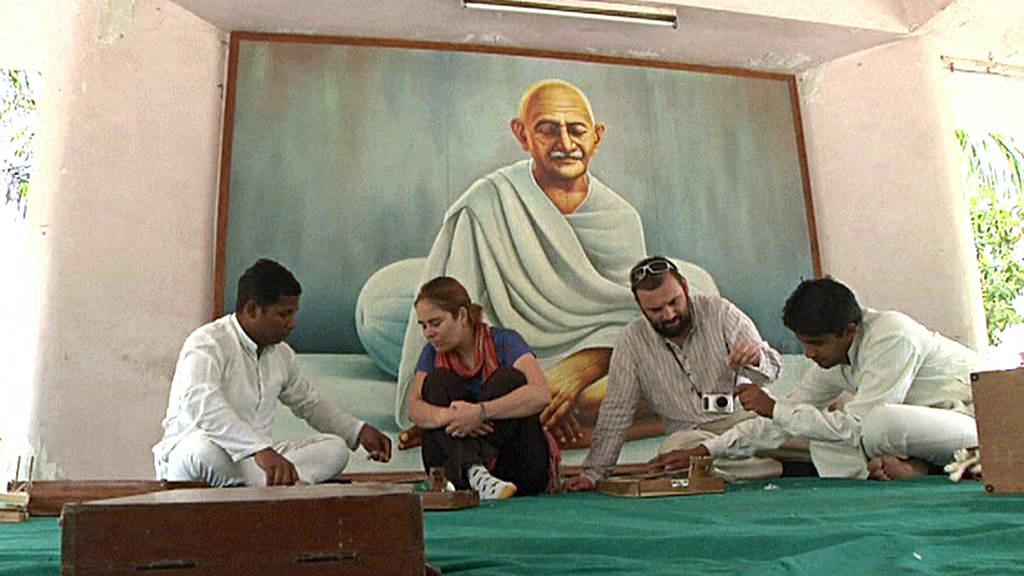 Návštěvníci se učí tkát látku jako Gándhí