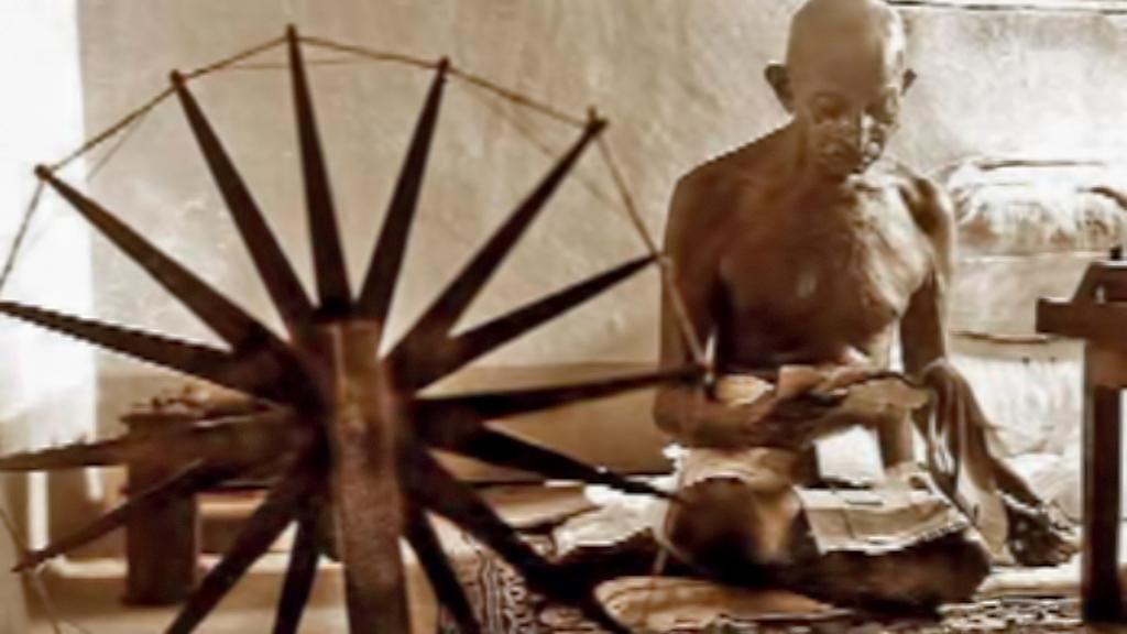 Mahátma Gándhí při výrobě látky