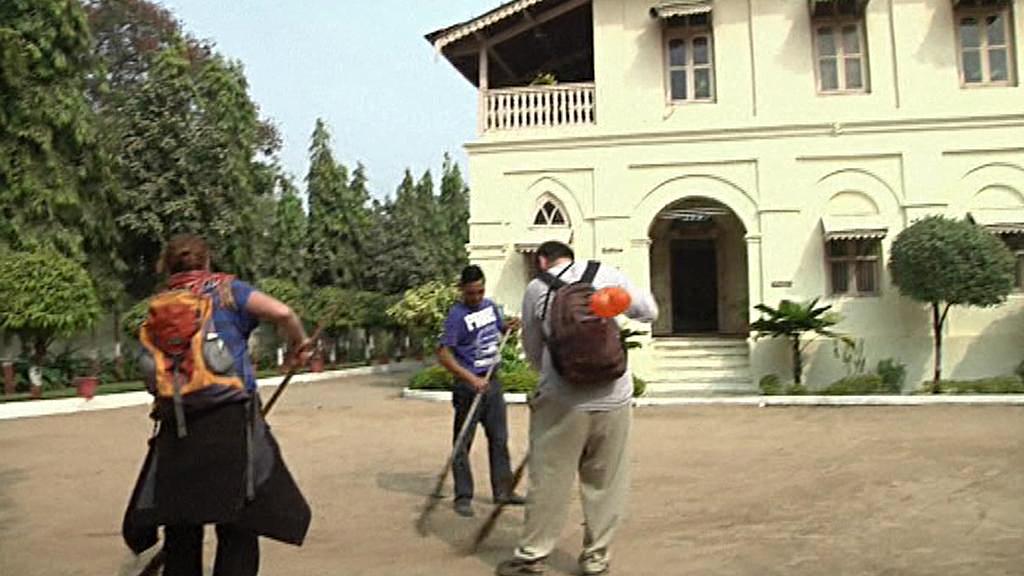V osadě v Ahmedábádu tráví návštěvníci den jako Gándhí