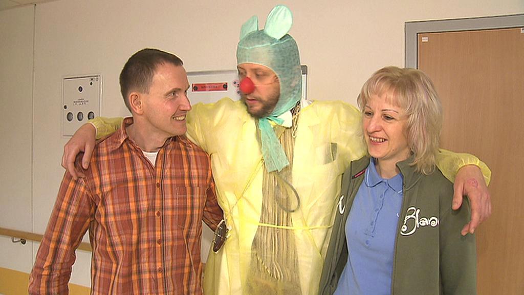 Klaun Lukáš Houdek s rodiči malého pacienta