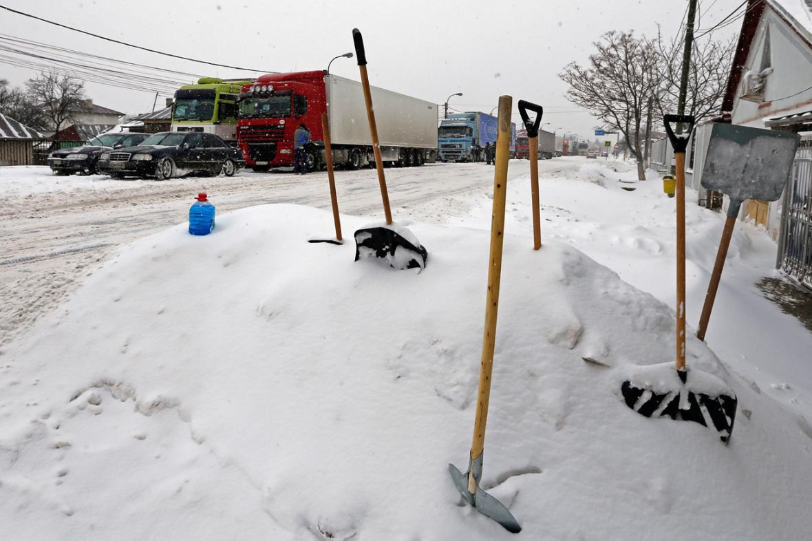 Kvůli sněhu museli v Rumunsku zavřít desítky silnic