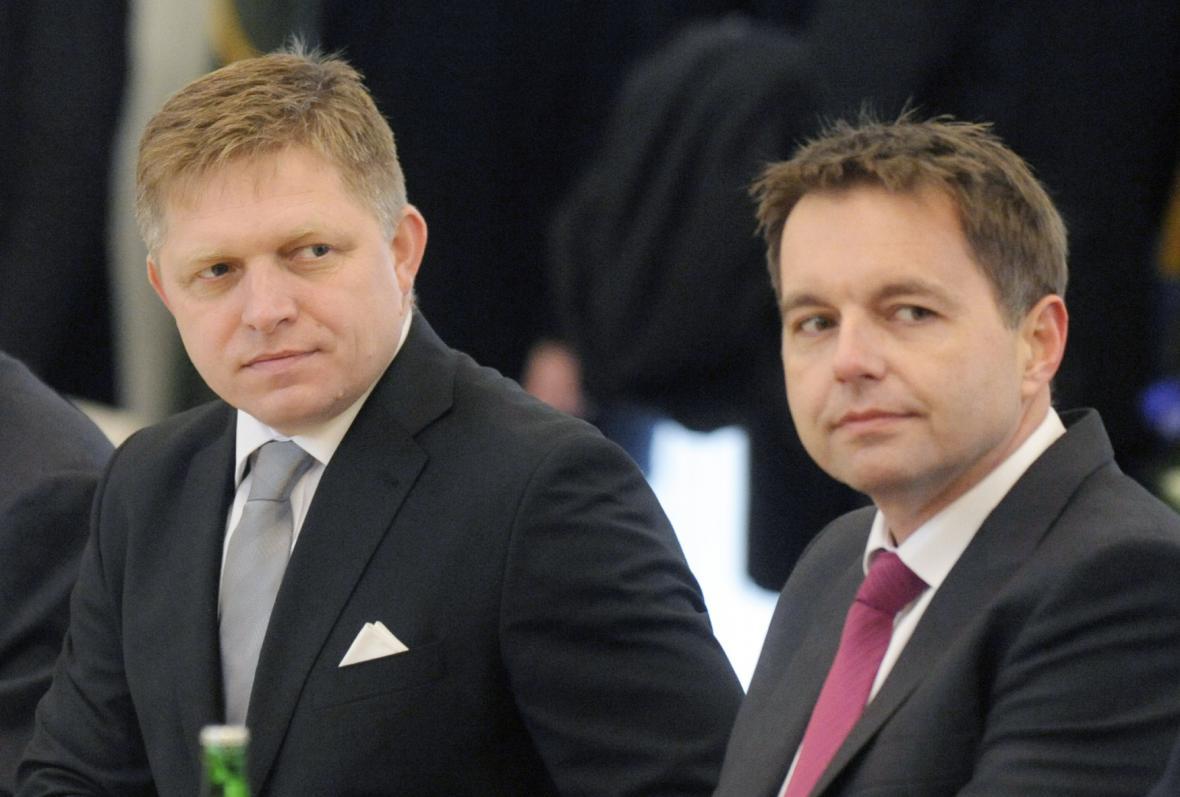 Ministr financí SR Peter Kažimír (vpravo) na zasedání tamní vlády