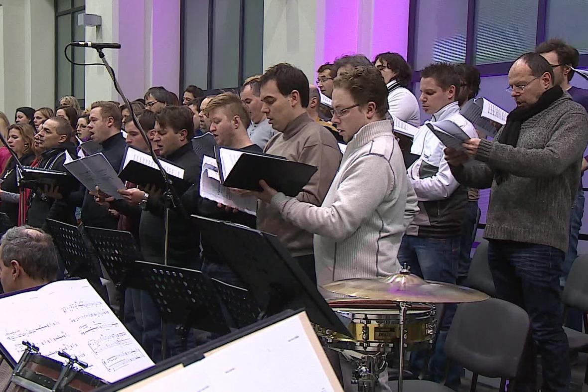 Ve skladbě zpívá i smíšený sbor